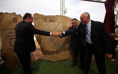הגורמים הרשמיים חושפים את אבן הפינה     (צילום: AFP)