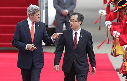 מזכיר המדינה קרי נוחת בסיאול. קודם איים, אחר-כך פייס (צילום: gettyimages)