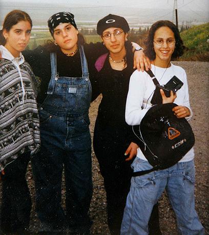 יעלא מאירי (מימין) מצטלמת עם חברות זמן קצר לפני הירי  (צילום: אלכס קולומויסקי )