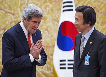 קרי עם עמיתו מדרום קוריאה. העלה מחדש את ההצעה לפיונגיאנג (צילום: AFP)