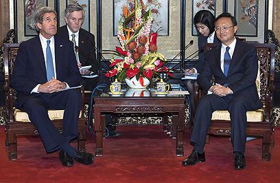 קרי עם יאנג ג'ייצ'י בבייג'ינג. הסכמה משותפת בין המעצמות (צילום: AP)