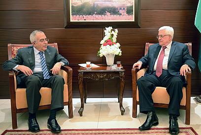 """נשיא הרשות אבו מאזן עם רה""""מ הפלסטיני המתפטר סלאם פיאד (צילום: EPA)"""