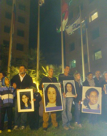 הורי הקורבנות מול השגרירות ברמת גן, הערב (צילום: שמוליק קליין)