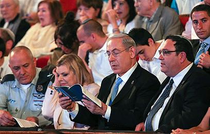 נתניהו מקריא את שאלת ראש הממשלה (צילום: נועם מושקוביץ)