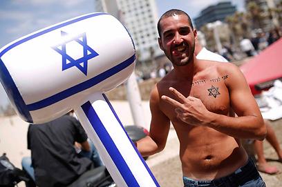 חוגגים עצמאות בחוף תל אביב (צילום: רויטרס)