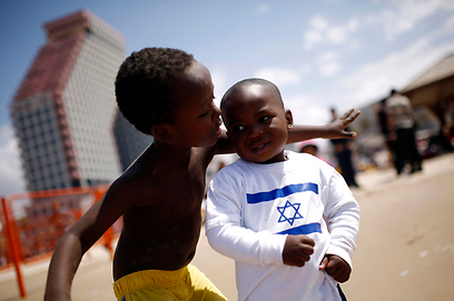 נהנים בחוף בתל-אביב (צילום: רויטרס)