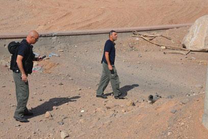 כוחות הביטחון סורקים את אזור נפילת אחת הרקטות (צילום: יאיר שגיא)