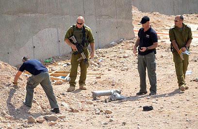 כוחות הביטחון סורקים את אזור נפילת אחת הרקטות (צילום: מאיר אוחיון)