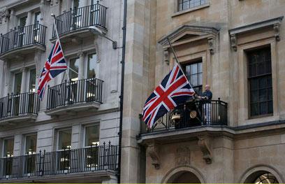 בריטים מניפים דגלים בחצי התורן (צילום: רויטרס)