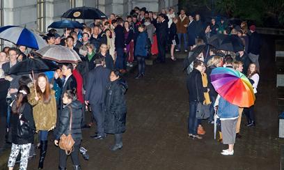 מאות המתינו לתוצאות מחוץ לפרלמנט (צילום: AFP)