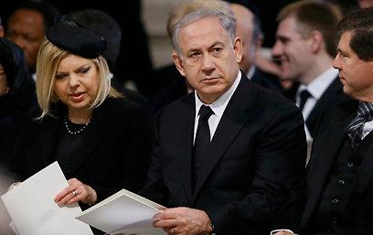 ראש הממשלה ורעייתו שרה בהלוויה של תאצ'ר. הטיסה עלתה ביוקר (צילום: רויטרס)