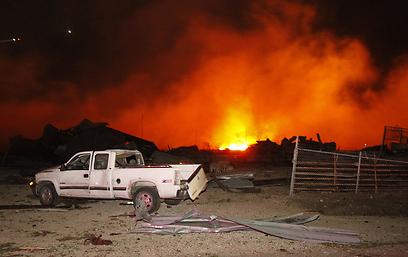 האש במפעל (צילום: MCT)