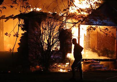 גם מבנים סמוכים נפגעו (צילום: AP)