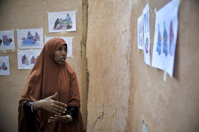 שיעור בטיפול בתינוקות לנשים ממחנה פליטים בסומליה (צילום: AFP, TOBIN JONES   )