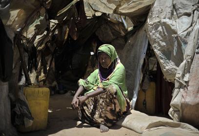 """אישה במחנה עקורים בסומליה. """"לגבות תג מחיר"""" (צילום: AFP, TOBIN JONES   )"""