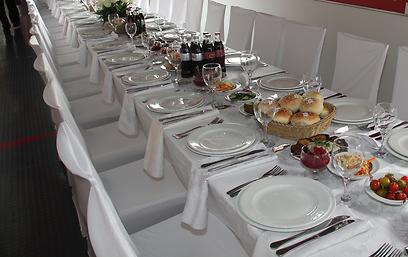 מקוגל ועד רגל קרושה. מאות מנות על שולחן אחד (צילום: אביב חופי )