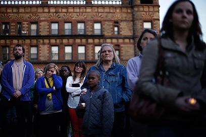 הקהל שנאסף מחוץ למקום (צילום: AP)
