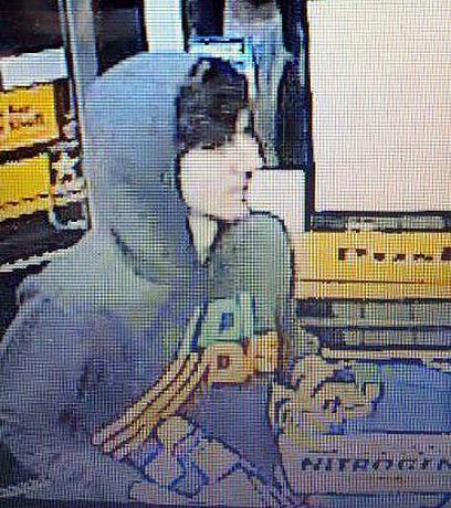 החשוד שאחריו מתנהל המצוד צולם במצלמת אבטחה בחנות בתחנת דלק הלילה, לפני חטיפת הרכב (צילום: AP)
