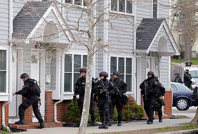 כוחות הביטחון עוברים מבית לבית (צילום: רויטרס)