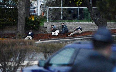אנשי ביטחון ליד המקום בו הסתתר האח הצעיר (צילום: AFP)