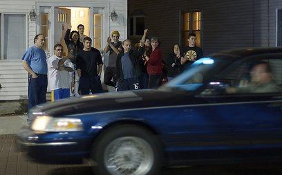 תושבים מריעים לאחר תפיסתו של המחבל הנמלט (צילום: EPA)