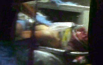 דז'וחר צרנייב מפונה באמבולנס לאחר מעצרו (צילום: AP)