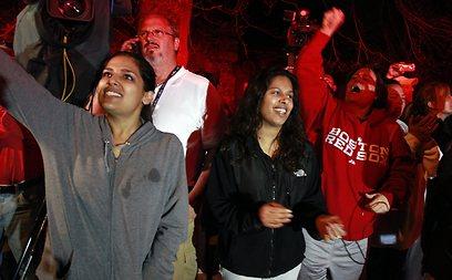 תושבי ווטרטאון מריעים לאחר המעצר (צילום: AP)