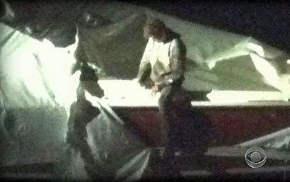 דז'וחר הצעיר יוצא ממחבואו בסירה  (צילום: AFP מתוך שידורי CBS)