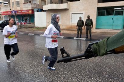 גם נשים רצות. המרתון בבית לחם היום (צילום: EPA)