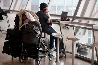 """ממתינים לטיסה שלא יצאה. נתב""""ג, היום (צילום: רויטרס)"""
