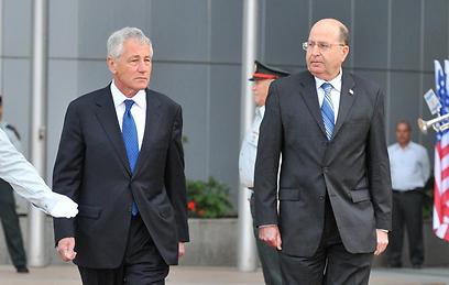 שר הביטחון יעלון לצד עמיתו האמריקני  (צילום: ירון ברנר)