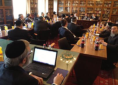 הנחיה לרבני אירופה. הרב גולדשמידט הקריא בוועידה את מכתב הרבנים