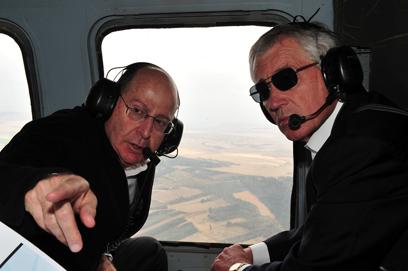 הייגל והשר יעלון בטיסה במסוק מעל רמת הגולן, בחודש שעבר (צילום: אריאל חרמוני)