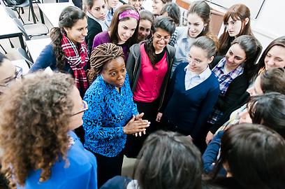 """ממשלת ארה""""ב מעוניינת לקדם שיתוף פעולה עם הסטודנטיות שמהוות """"דוגמה ומופת לבנות דתיות"""". פרופ' אנייה הווארד והסטודנטיות החרדיות (צילום: טוני פרקש)"""