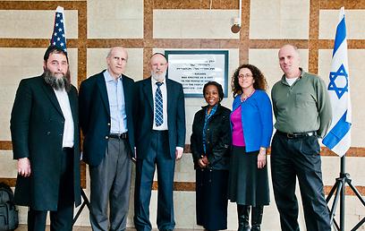 צוות חרדי ודיפלומטים אמריקנים במכון לוסטיג החרדי (צילום: טוני פרקש)
