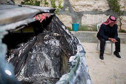 כלי רכב שרוף בדיר ג'רייר (צילום: אוהד צויגנברג)