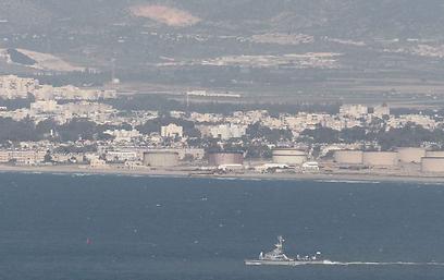 """ספינות חיל הים מחפשות אחר שברי המל""""ט בצהריים (צילום: עידו ארז)"""
