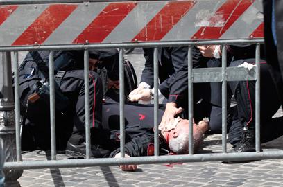השוטר שנפצע בצווארו, בצהריים ברומא (צילום: AP)