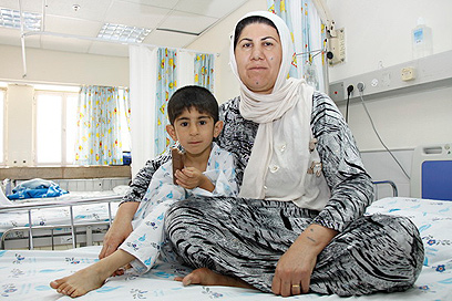 מוחמד ואמו. ילד עיראקי שטופל לאחרונה בוולפסון  (צילום: שילה שלהבת)
