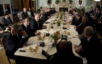 פגישת הבכירים האמריקנים ונציגי הליגה הערבית (צילום: AP)
