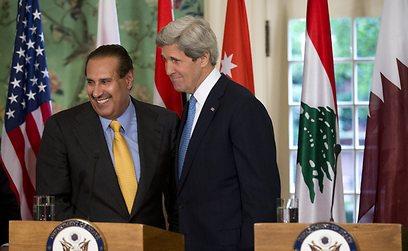 קרי במסיבת עיתונאים עם ראש הממשלה א-תאני (צילום: AP)