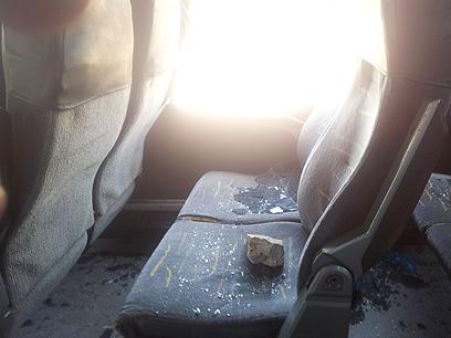 סלע שנזרק לעבר אוטובוס התלמידות