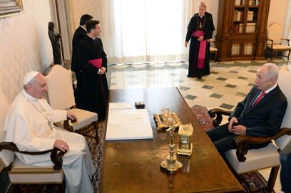 """פרס לאפיפיור: """"בואך יכול לתרום תרומה של ממש לאמון בשלום"""" (צילום: קובי גדעון,  לע""""מ)"""