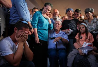 משפחתו של בורובסקי בהלוויה (צילום: אבישג שאר-ישוב)