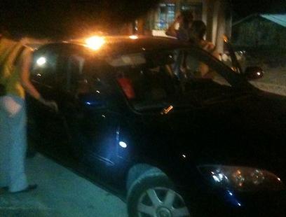 המכונית שנפגעה מהירי הערב (צילום: יהושע שטראוס - סוכנות תצפית)