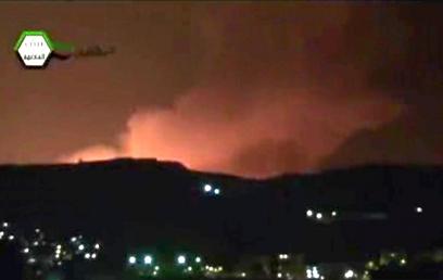 אש ועשן בפרברי דמשק, לפנות בוקר (צילום: AP)