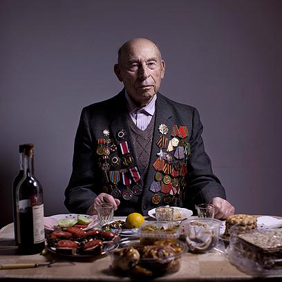 בוריס גינסבורג בביתו באשדוד. נולד בבלרוסיה. היה בגטו העיירה לנין מ-1941 ועד לנפילתו בידי הפרטיזנים ב-1942. אז הצטרף לפרטיזנים וכעבור שנתיים התגייס לצבא האדום כחייל קרבי ונלחם עד סוף המלחמה. הוא השתחרר ב-1947 ועלה לישראל ב-2001.   (צילום: AP)