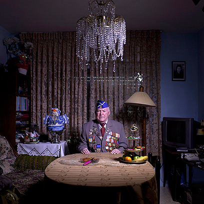מיכאל סנדלר, בן 93, בביתו בירושלים. התגייס לצבא האדום ב-1939 ושירת בשריון בסטלינגרד, בברלין ובפראג. עלה לישראל ב-1991.  (צילום: AP)