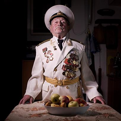 יעקב וילקוביץ', בן 90, בביתו באשדוד. התגייס לצבא האדום ב-1941 ונלחם בקרב על ברלין ב-1945. עלה לישראל ב-1998.  (צילום: AP)