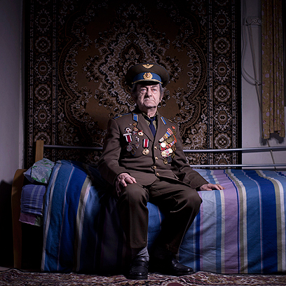 אהרון קבישנר בביתו באשקלון. התגייס לצבא האדום ב-1942 כטכנאי מטוסים ושירת ביחידה אוקראינית. הוא עלה לישראל ב-1991. (צילום: AP)